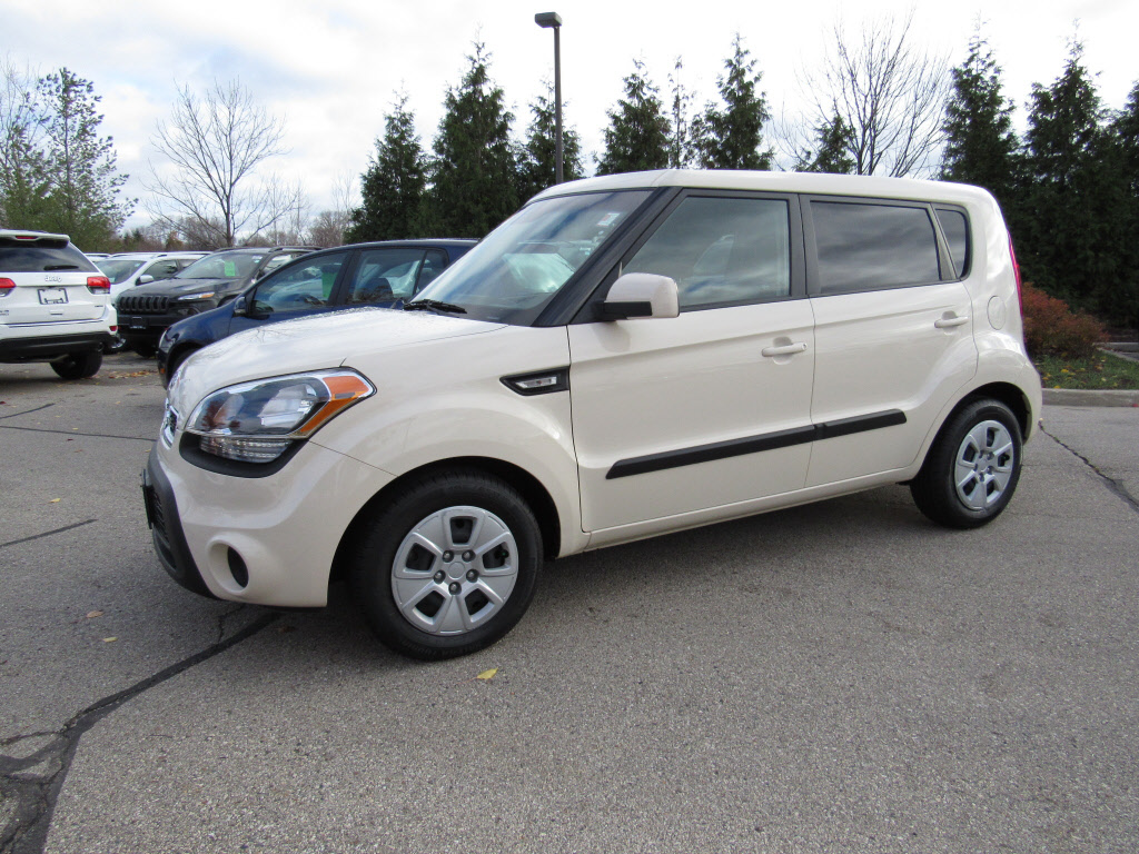 pre owned 2012 kia soul base hatchback in brookfield 61000a schlossmann dodge city chrysler. Black Bedroom Furniture Sets. Home Design Ideas